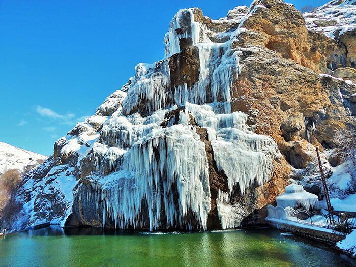 Balcılar Şelalesinde buz sarkıkları oluştu