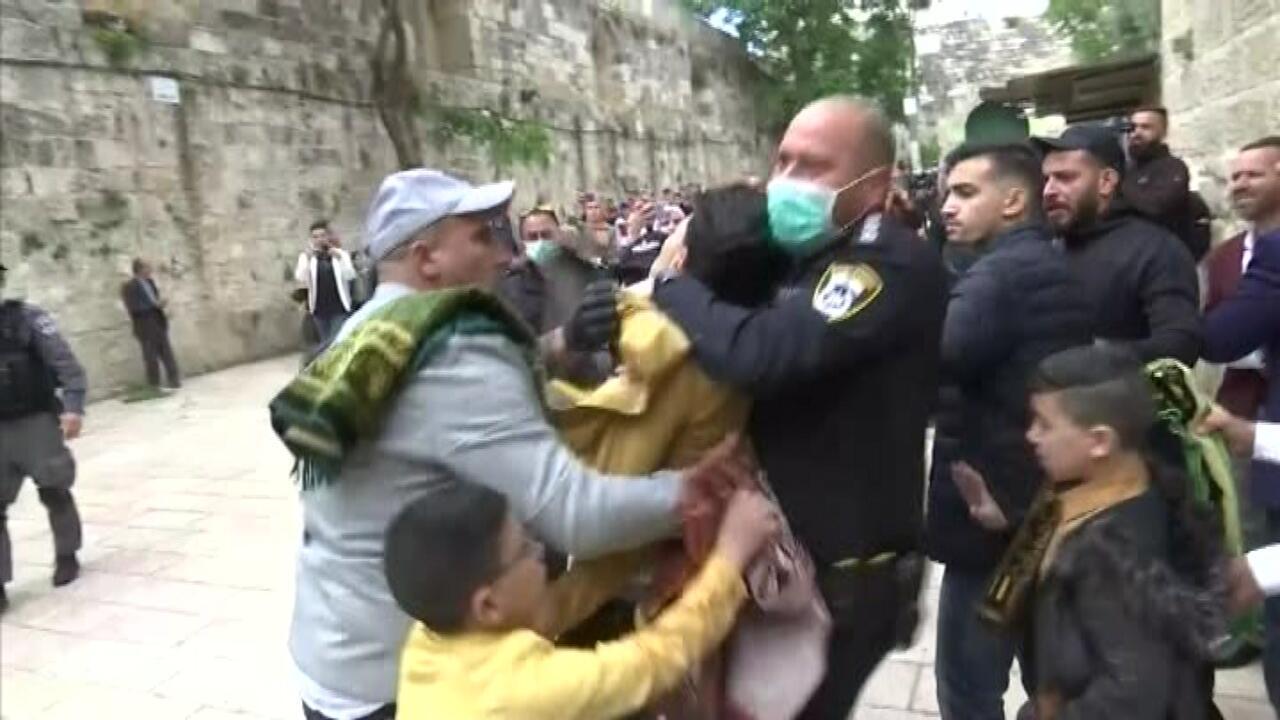 İsrail polisi Mescid'i Aksa'da bayram namazı kılanlara müdahale etti