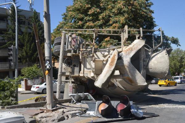 Son dakika.. Freni boşalan beton mikseri 2 otomobile çarptı: 1 yaralı