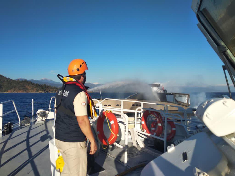 Alevlere teslim olan motor yattaki 4 kişiyi Sahil Güvenlik kurtardı