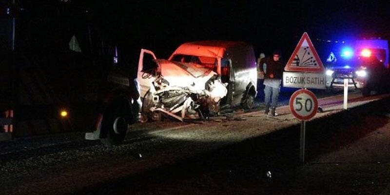 Çorum'da hafif ticari araçlar çarpıştı: 2 ölü, 3'ü ağır 5 yaralı