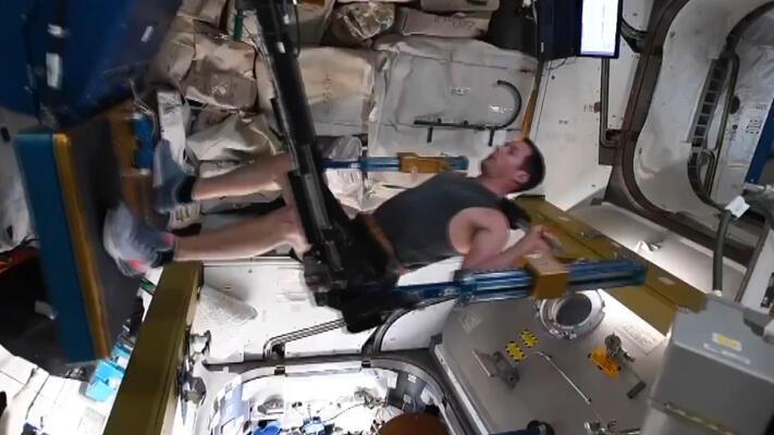 Fransız astronottan uzay egzersizi