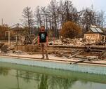 Son Dakika: Alevlerin ortasında kalan aile havuza girip kurtuldu