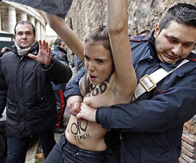 FEMEN Papa'nın huzurunda soyundu!