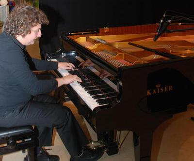Gittiği kente piyano kazandırıyor
