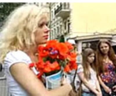 Xavi'ye çiçek vermek için 8 saat bekledi