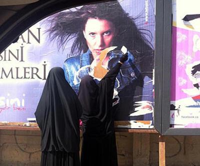 Çarşaflı kadınlar reklam afişini yırttı