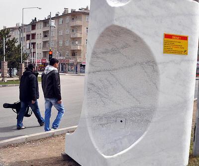 Anıtsal çeşmeye tabela sanatçıları kızdırdı