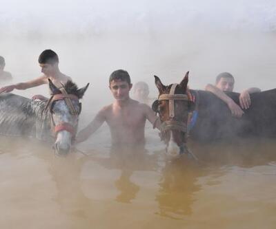 """Atlarıyla """"sıcak"""" gölde yıkanıyorlar!"""