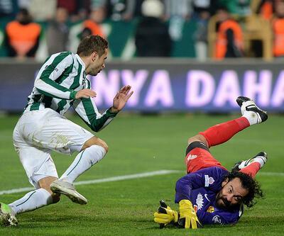 Servet Çetin mecburen kaleye geçip penaltı kurtardı!