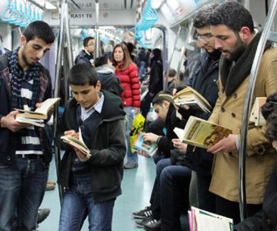 """Marmaray'da """"kitap okuma"""" eylemi"""