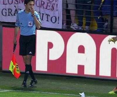 Dani Alves kendisine atılan muzu soyup yedi!