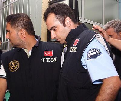 Polis, üniformasıyla gözaltına alındı
