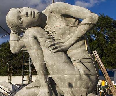 Sualtında dev Atlas heykeli
