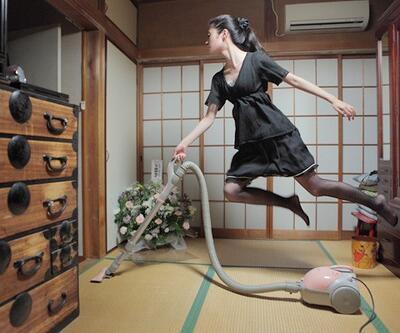Havada duran Japon kız