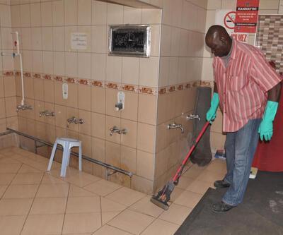 Gineli profesör Türkiye'de tuvalet temizliyor