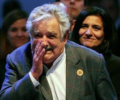 Uruguay Devlet Başkanı Jose Mujica otostopçuyu arabasına aldı