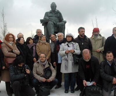 Ünlü sanatçılar Yaşar Kemal heykeline yürüdüler