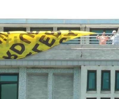 Canlı yayınla belediye binasında eylem yapıp pankart açtılar