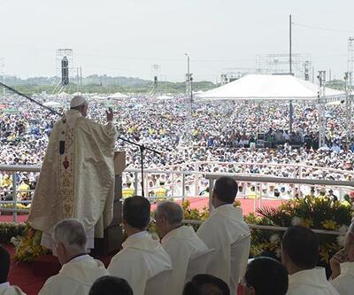 Papa Francis 800 bin kişilik ayin yönetti