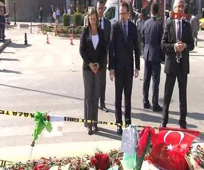 ABD'li yetkili Ankara Garı önüne karanfil bıraktı