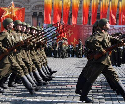 """""""Sovyet askerleri"""" Kızıl Meydan'da yürüdü"""