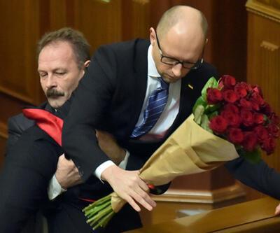 Ukrayna'da muhalif vekil başbakanı kucaklayıp kürsüden indirdi