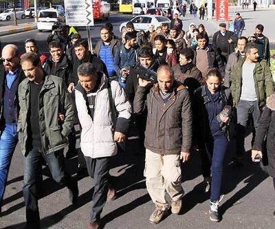 Gazeteciler Diyarbakır'da sokağa çıkma yasağına karşı yürüdü