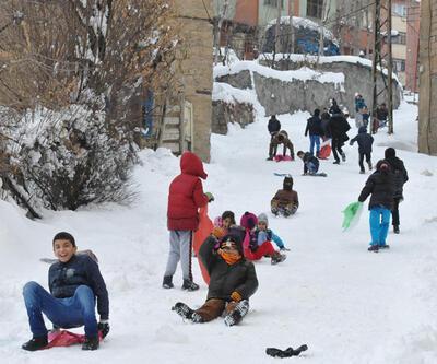 Yoğun kar yağışı okulları yine tatil ettirdi