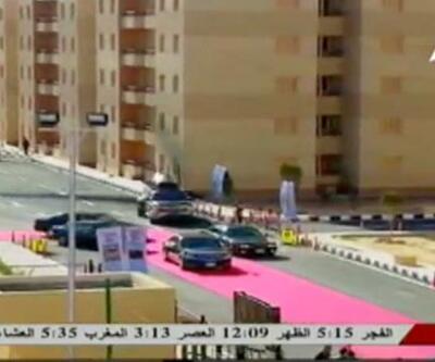 Mısır Devlet Başkanı Sisi'nin arabası kırmızı halıda ilerledi