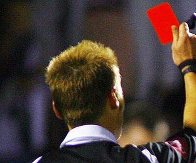 Kendine kırmızı kart gösteren hakem!