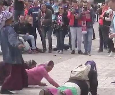PSV taraftarı mültecilere para attı, şınav çektirdi...