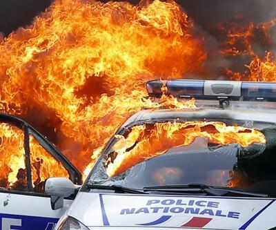 Fransa'da göstericiler polis aracını ateşe verdi