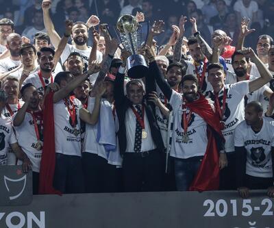 Şampiyonluk kupası Beşiktaşlı futbolcuların ellerinde