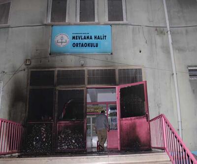 Diyarbakır'da teröristler bir okulu ateşe verdi