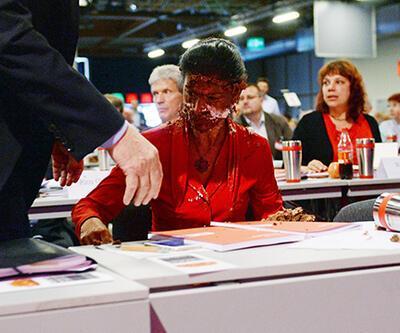 Alman siyasetçiye pastalı cevap