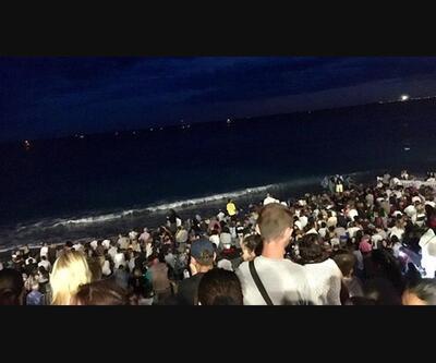Yüzlerce kişi denize atlayarak kurtulmuş