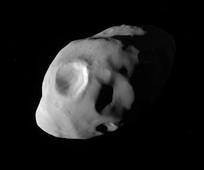 Cassini Satürn'ün uydusu Pandora'yı yakından fotoğrafladı