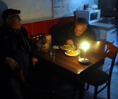 İstanbul'da büyük elektrik kesintisi, mumlar tükendi