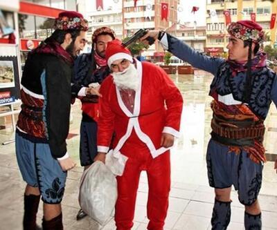 Noel Baba'nın kafasına silah dayayanlara gözaltı