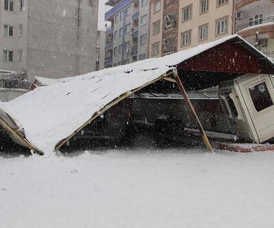 Manisa'da okulun garaj çatısı çöktü
