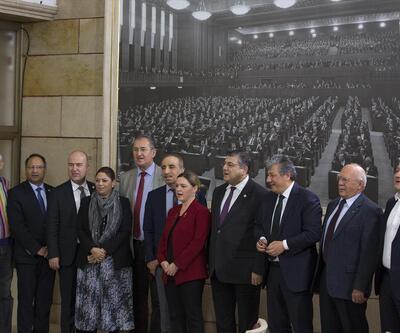 CHP'liler Meclis'te İzmir Marşı'nı okudu