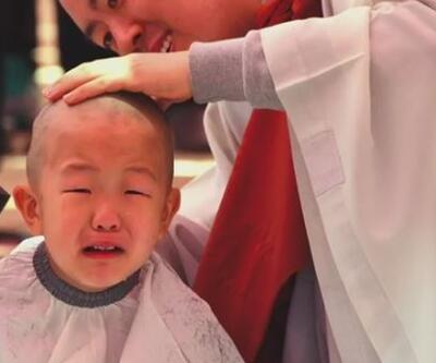 Budist çocuk rahip adaylarının ilk saç traşı