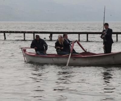 İznik Gölü'nde turizmci balık avlıyor