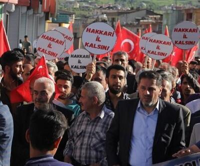 Hakkarililer ellerinde Türk bayrakları il kalmak için yürüdü