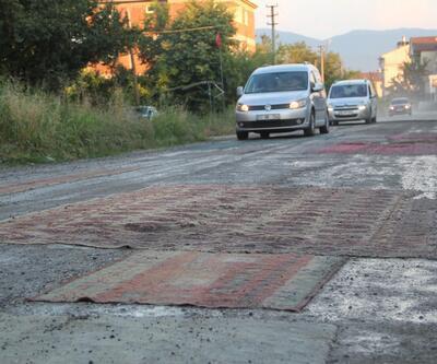 Belediye toz sorununu çözmeyince yola halı serdiler
