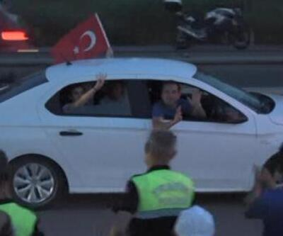 Adalet Yürüyüşü'ne katılanları 'Rabia' işaretiyle protesto ettiler