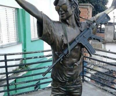 Michael Jackson heykeline tüfek astılar