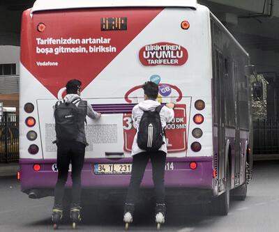 İstanbul'un göbeğinde gençlerin patenle tehlikeli yolculuğu