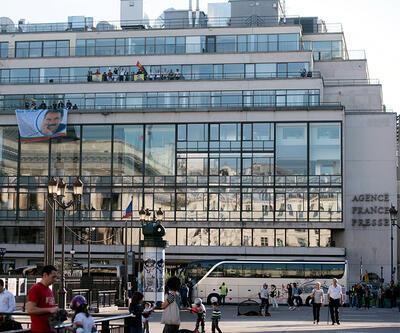 Paris'te AFP binasına Öcalan resmi astılar